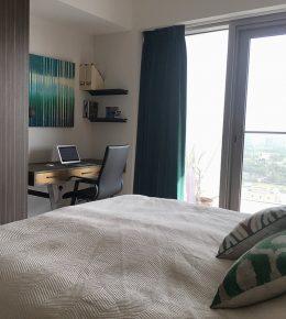 Hotelkamer met schilderij Ronald Hunter
