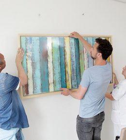 Ronald Hunter hangt schilderij op in ziekenhuis