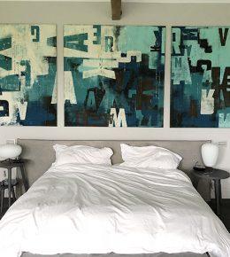 Slaapkamer met moderne XL schilderijen van Ronald Hunter
