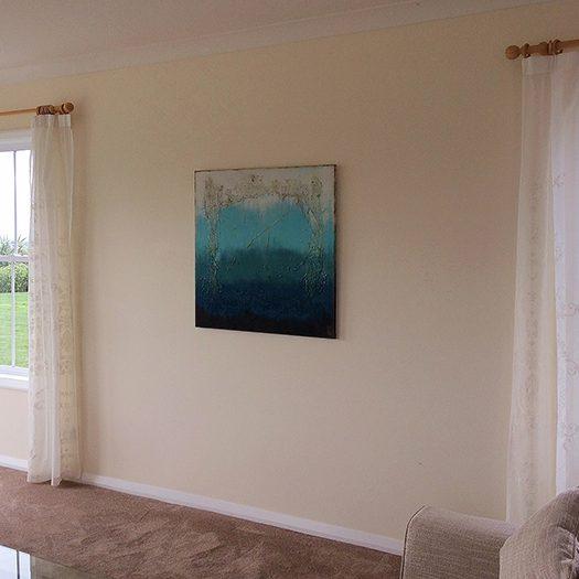 Modern schilderij in een woonkamer in Australië.